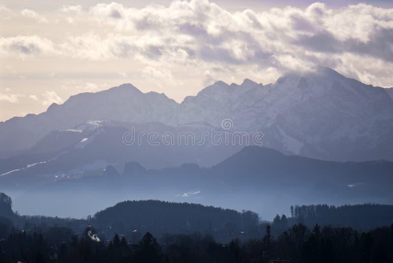 Horizontal brumeux de montagnes images stock