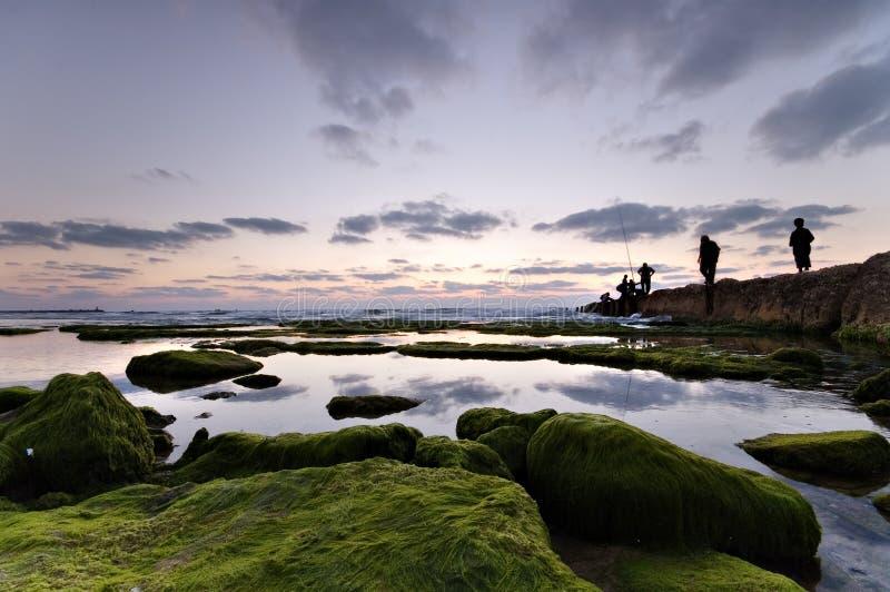 Horizontal calme avec des pêcheurs images stock