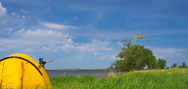 Horizontal d'été avec le cerf-volant photo libre de droits
