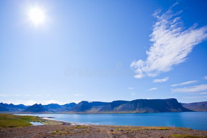 Horizontal d'été dans les fjords de l'Islande photos stock