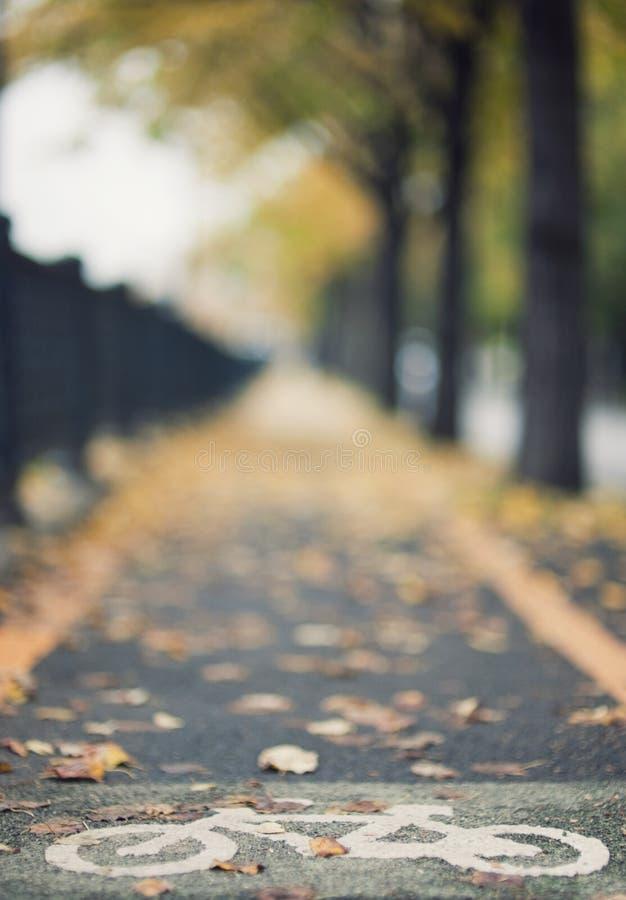 Horizontal d'automne avec le signe de vélo images stock