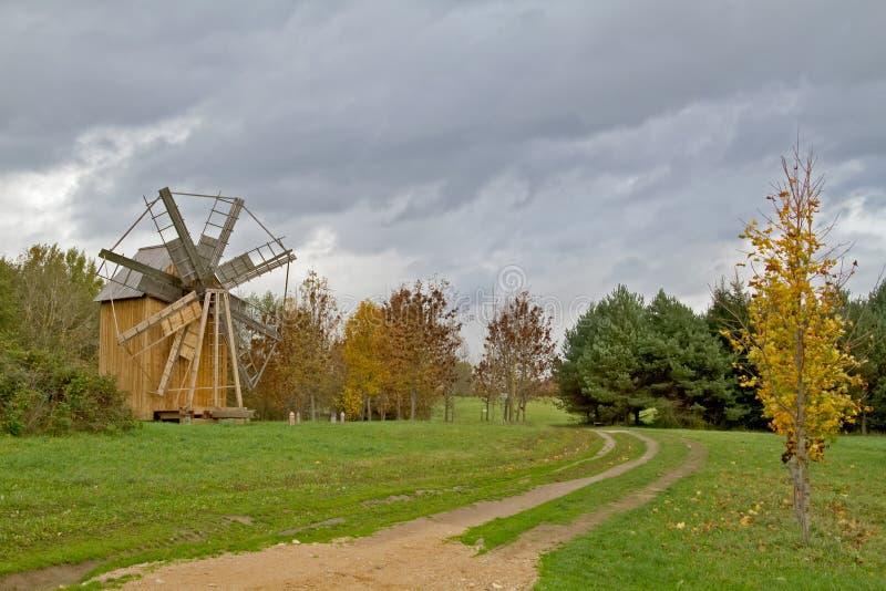 Horizontal d'automne avec un moulin à vent photos libres de droits