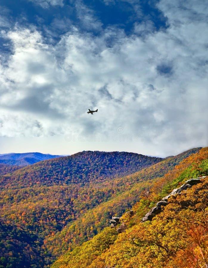 Horizontal d'automne de montagnes image stock