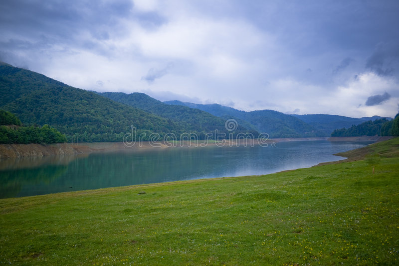 Horizontal d'un rivage de lac photo stock