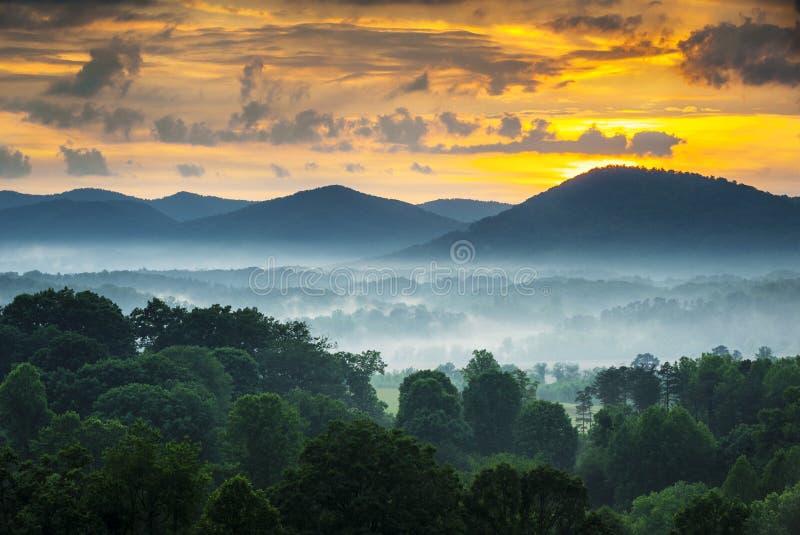 Horizontal de coucher du soleil de montagnes d'Asheville OR Ridge bleu image libre de droits