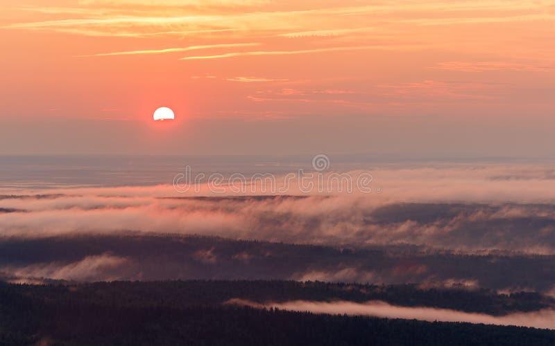 Horizontal de coucher du soleil Vue de la vallée brumeuse photo libre de droits