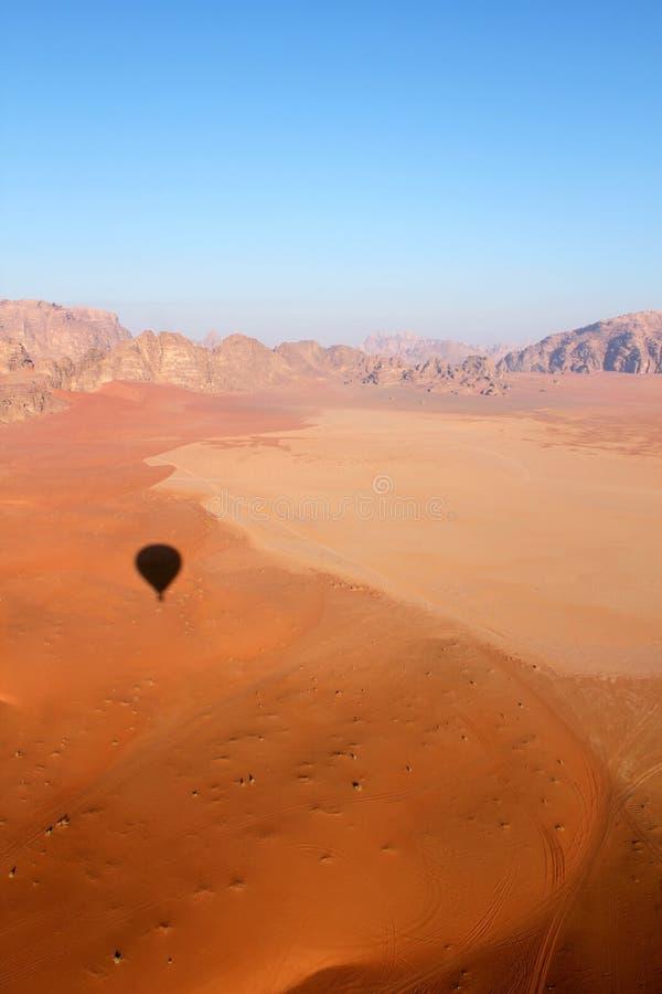 Horizontal de désert de rhum de Wadi de ballon photographie stock