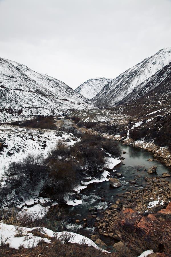 Horizontal de gorge de grondement en le Kyrgyzstan (Asie) photographie stock libre de droits
