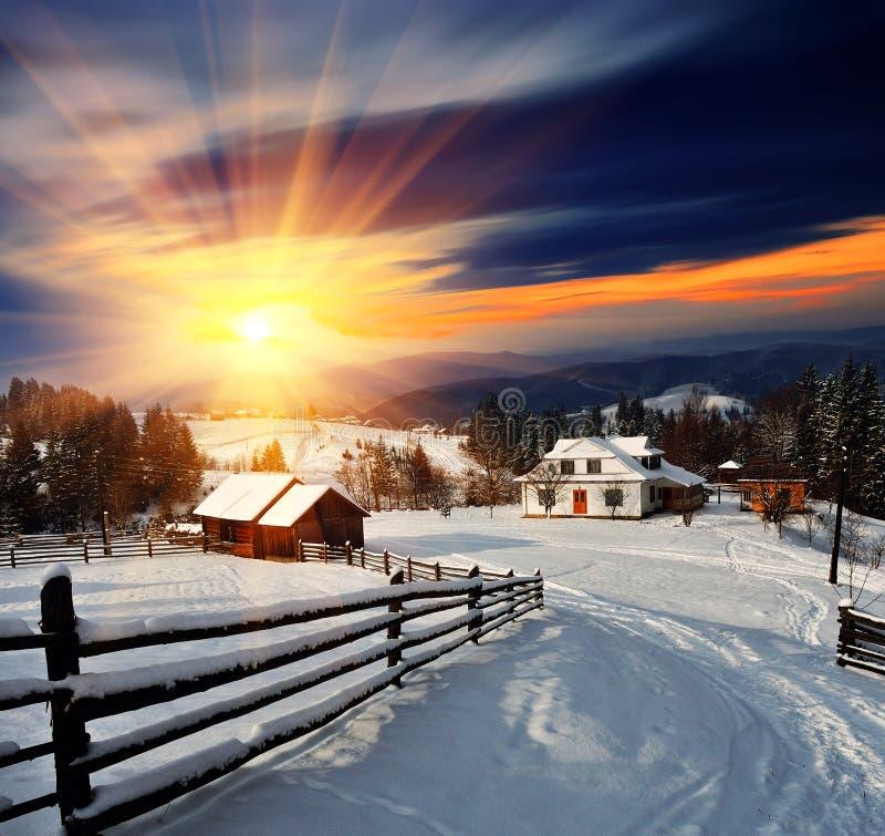 Horizontal de l'hiver dans le village. images libres de droits