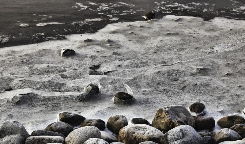 Horizontal de l'hiver. Glacez sur des pierres, l$mer des Wadden, Esbjerg, Danemark photos libres de droits