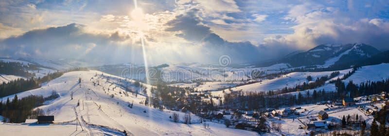 Horizontal de l'hiver Panorama de station de sports d'hiver en montagnes carpathiennes photos stock