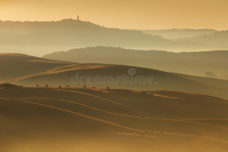 Horizontal de la Toscane au lever de soleil Typique pour la ferme toscane de région, collines, vignoble Paysage vert frais de l'I image stock