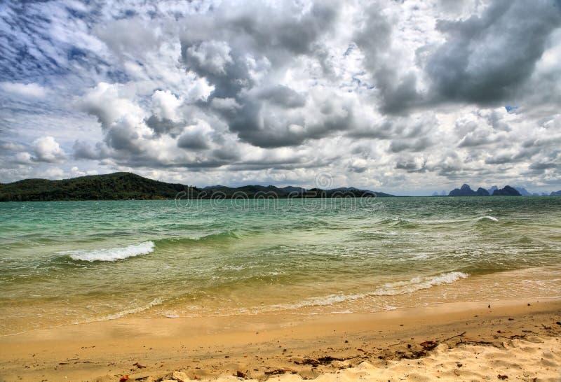 Horizontal de mer avec des nuages photographie stock