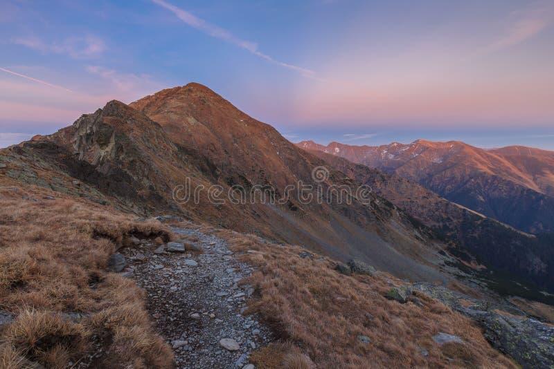 Download Horizontal de montagne photo stock. Image du automne - 45350990