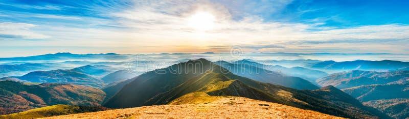 Horizontal de montagne au coucher du soleil photos libres de droits