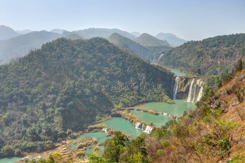 Horizontal de montagne avec la cascade à écriture ligne par ligne en Chine images stock