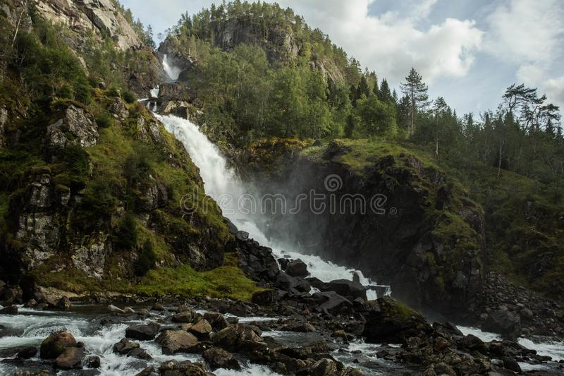 Horizontal de montagne avec le ciel nuageux Belle nature Norvège Fjord de Geiranger photos libres de droits