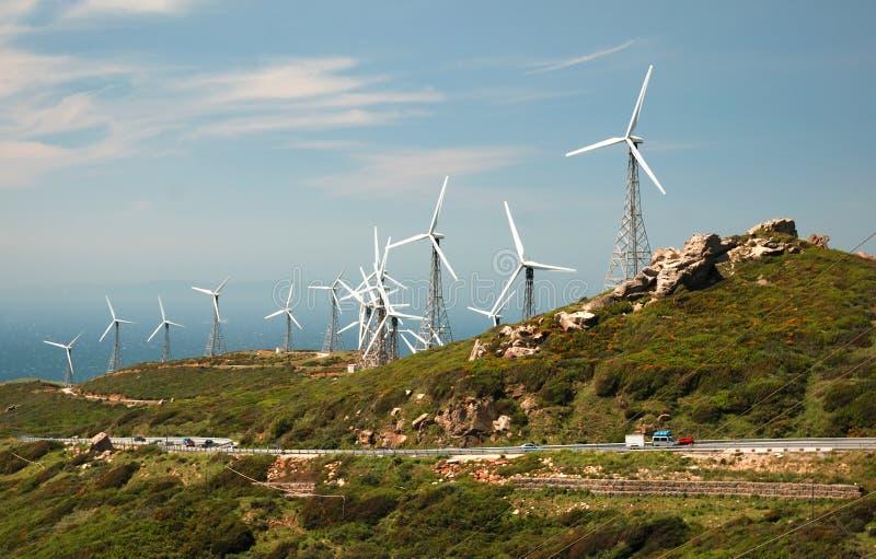 Horizontal de montagne avec les moulins à vent modernes photographie stock libre de droits