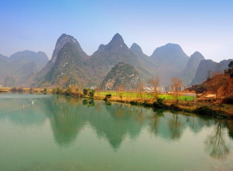 Horizontal de montagne de Karst dans Yangshuo Guilin, image libre de droits