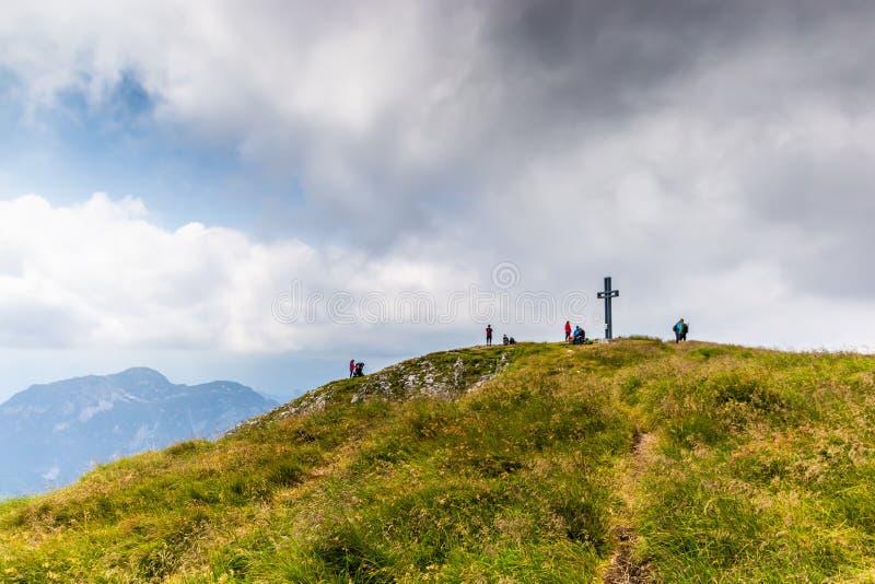 Horizontal de montagne en Autriche Vue de la croix et des touristes en haut de la crête de perdant Alpes autrichiens photos libres de droits