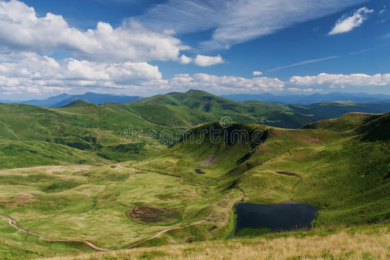 Horizontal de montagnes Montagnes carpathiennes Été image stock