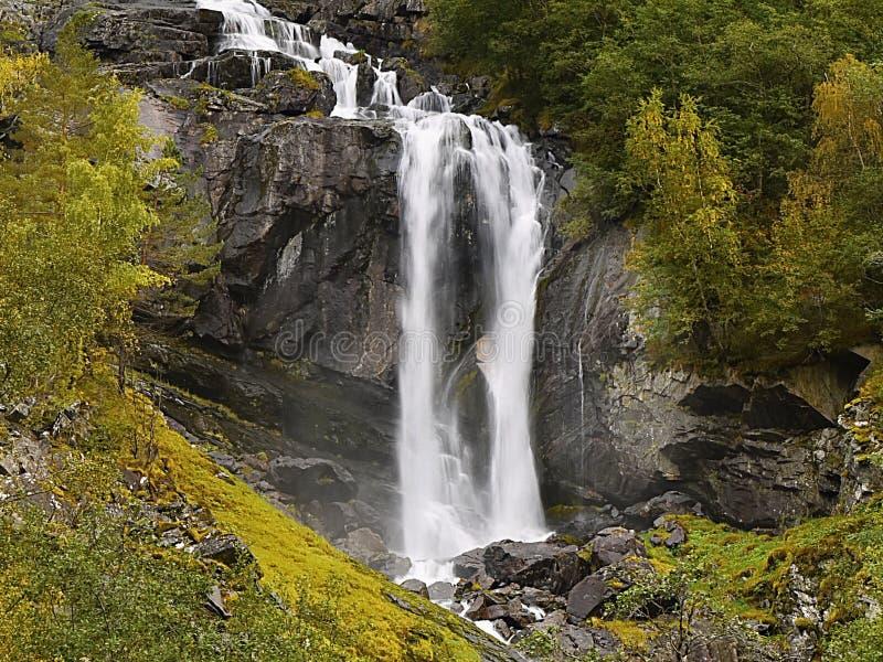 Horizontal de nature de cascades à écriture ligne par ligne en montagnes photo libre de droits