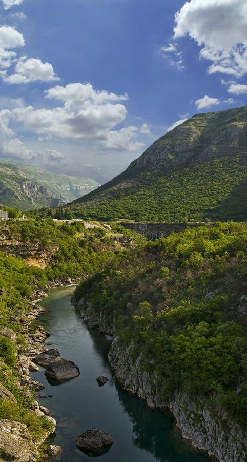 Horizontal de nature de fleuve de montagne photos stock