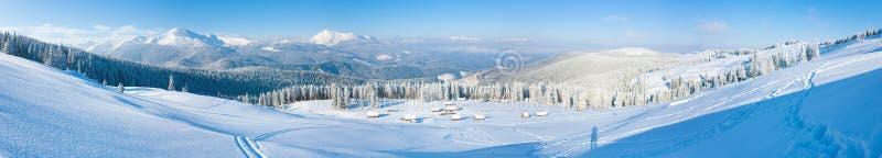 Horizontal de panorama de montagne de l'hiver de matin photographie stock libre de droits