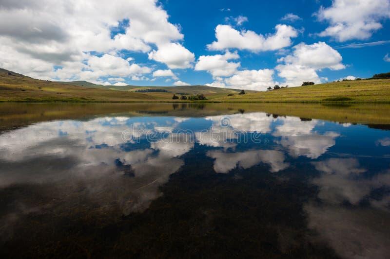 Horizontal de réflexions de miroir de lac photographie stock libre de droits