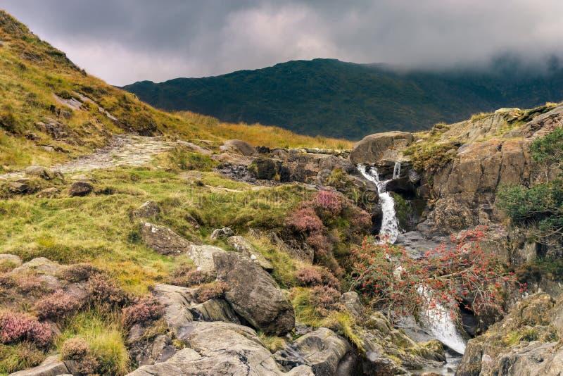 Horizontal de Snowdonia La rivière coule en bas de la montagne images libres de droits