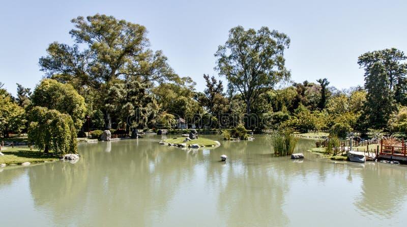 Horizontal de source dans le jardin japonais photos stock