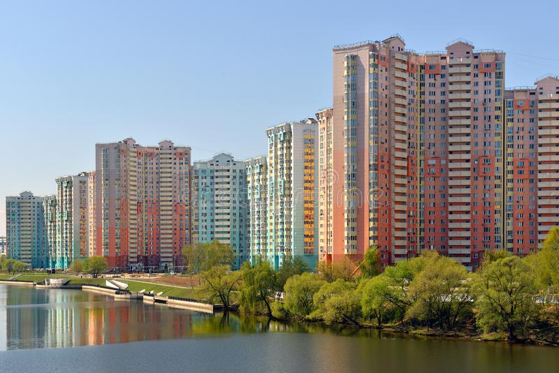 Horizontal de source Nouvelle zone résidentielle confortable moderny sur des banques de rivière de Moscou images stock