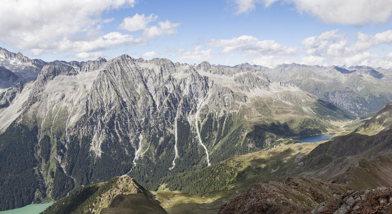 Horizontal des crêtes de montagne, vallée, lacs dans les Alpes. images stock