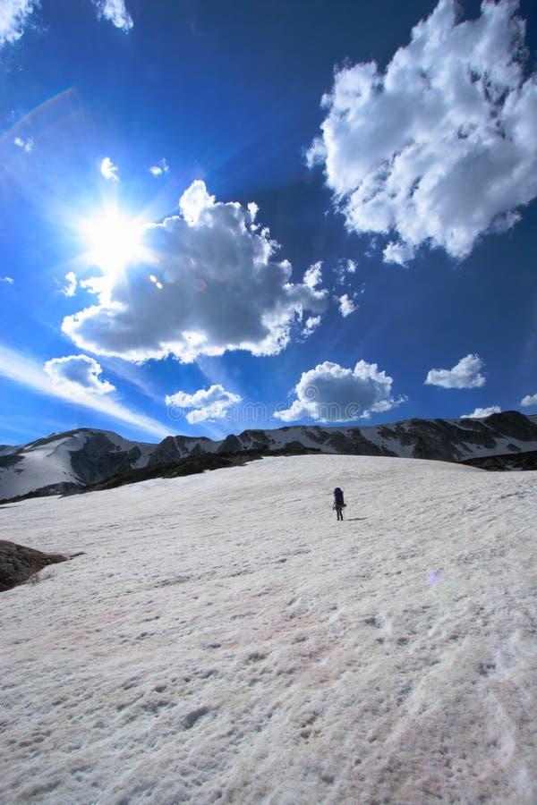 Horizontal et touriste de montagne images stock