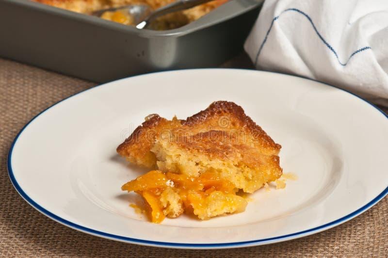 Horizontal, fin, vue supérieure de place faite maison et fraîchement cuite au four de pâtisserie de boucle d'abricot image stock