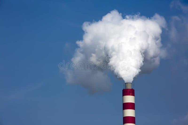 Horizontal industriel Centrale thermique avec les chemin?es de tabagisme photo libre de droits