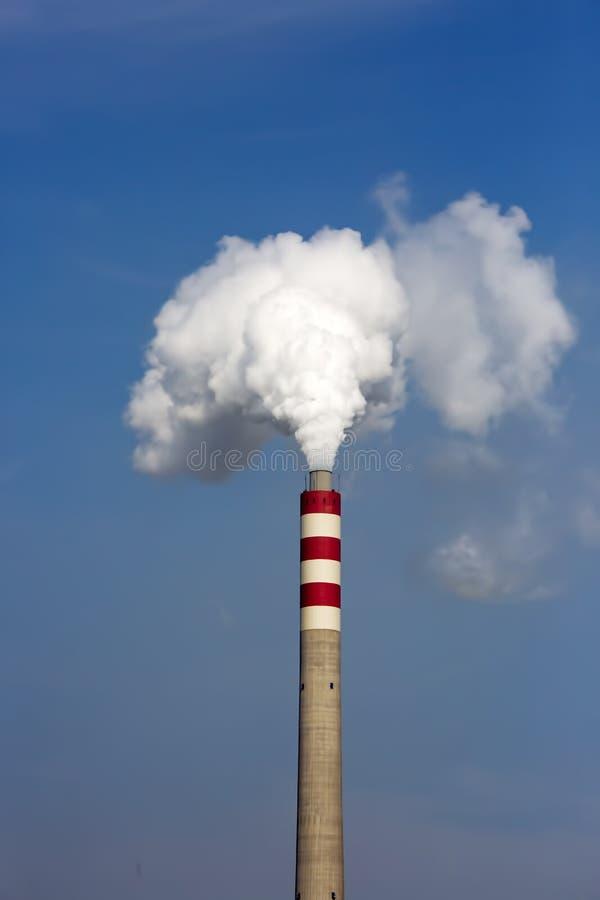 Horizontal industriel Centrale thermique avec les chemin?es de tabagisme photo stock