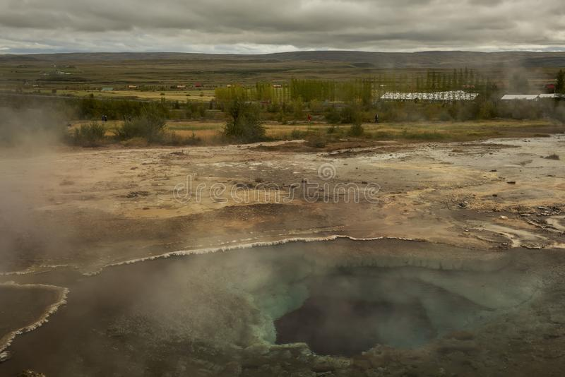 Horizontal islandais Geyser chaud jaillissant hors de la terre photos stock
