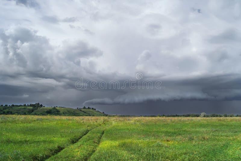 Horizontal nuageux Un orage vient image stock
