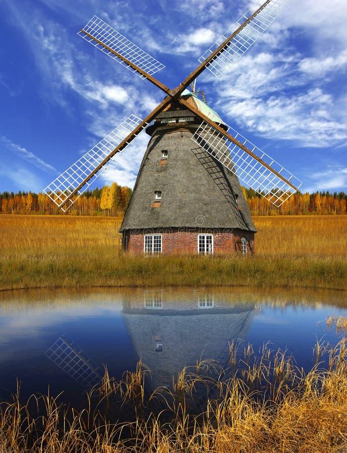 Horizontal pittoresque d'automne avec le vieux moulin photos libres de droits