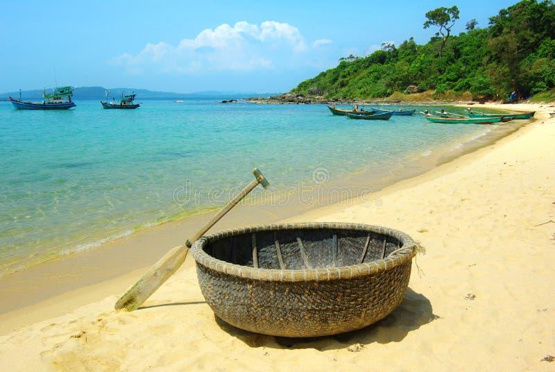 Horizontal pittoresque de mer avec le bateau tribal photographie stock libre de droits