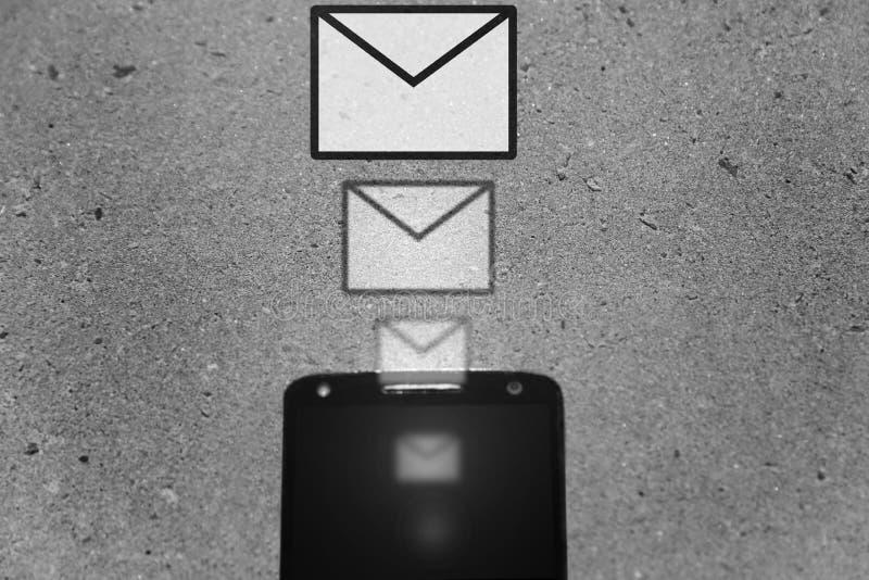 Horizontal preto e branco dos ícones da mensagem de Smartphone imagem de stock royalty free