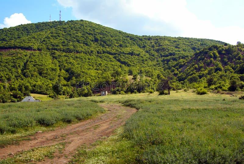 Horizontal rural de montagne sereine avec le chemin de terre i photos libres de droits
