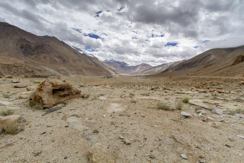 Horizontal scénique de montagne dans Ladakh, Inde photographie stock