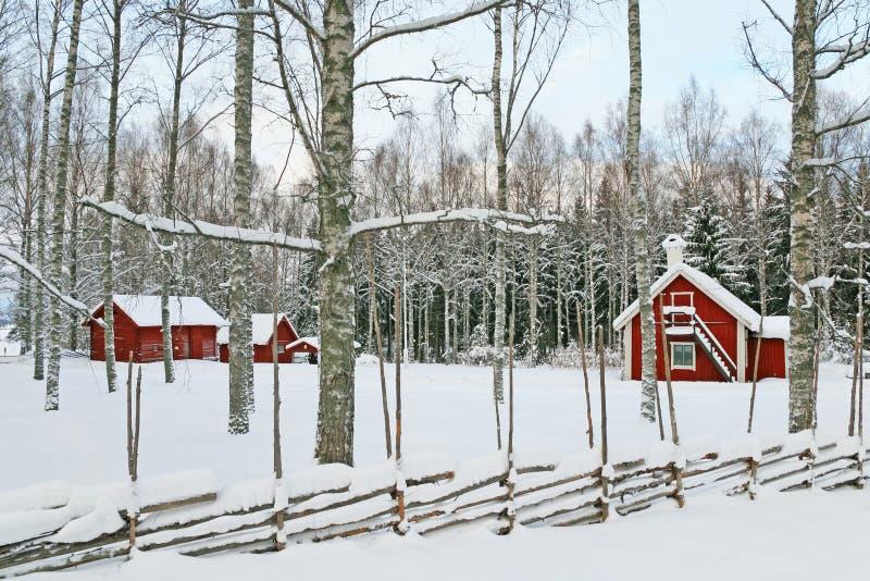 Horizontal suédois de l'hiver avec les maisons en bois rouges photos libres de droits