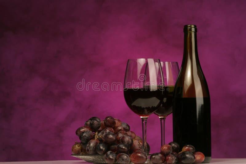 Horizontal von der Weinflasche mit Gläsern und Trauben stockfotografie