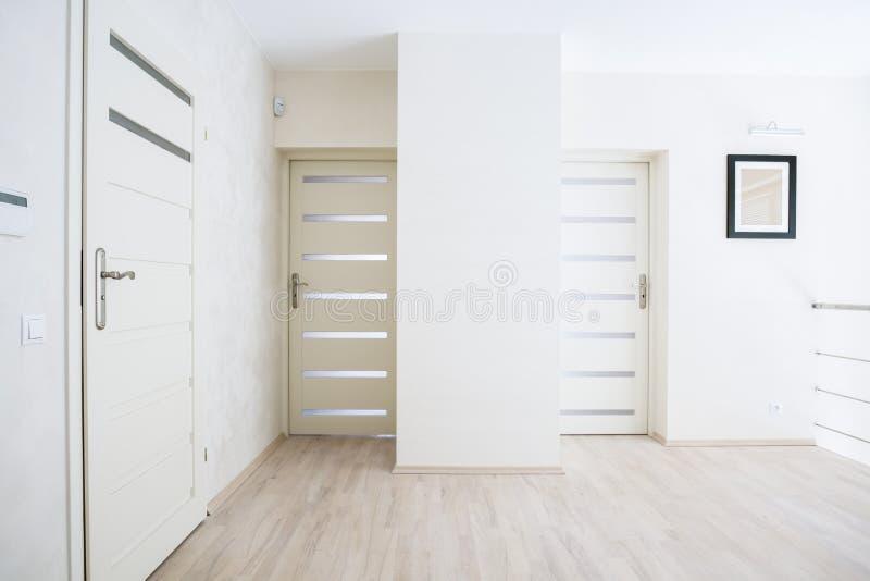 Horizontale Ansicht der Halle mit weißen Türen lizenzfreie stockfotos
