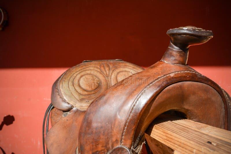 Horizontale Ansicht des Abschlusses oben eines alten benutzten amerikanischen Sattels Browns lizenzfreie stockfotos