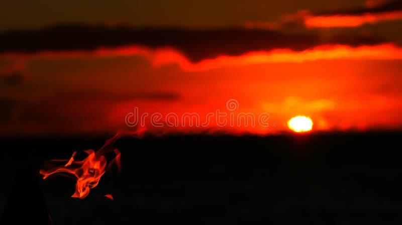Download Horizontale De Vlamslagen Van De Beeldtoorts Over Zonsondergang Op Horizon Stock Foto - Afbeelding bestaande uit stil, zwart: 107703654