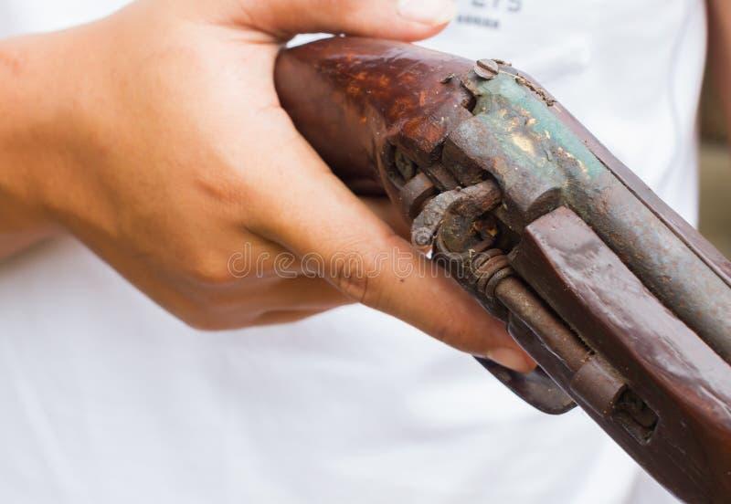 Horizontale foto van close-uphand die oud kanon, selectieve focu houden stock foto's